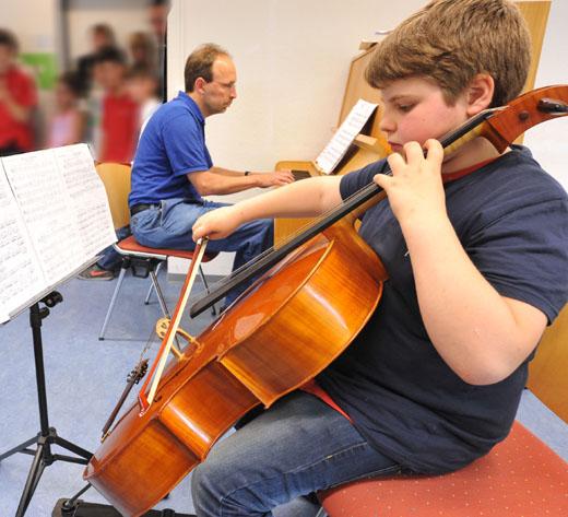 HagenSchule: Lionel Henry spielt Cello, hier mit Musiklehrer Frerk Meiners