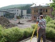 Vermessungsarbeiten auf einer Baustelle