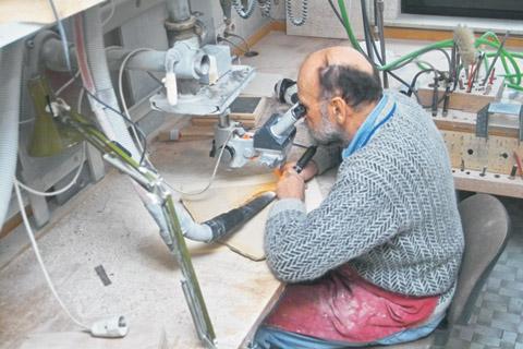 Bild zum Artikel: Fossilien werden präpariert