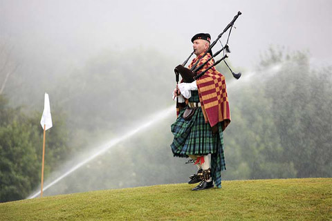 Dudelsackspieler Robin bei einem Auftritt auf einem Golfplatz