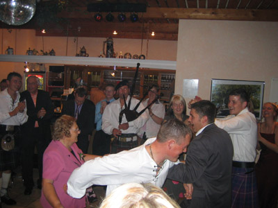 Schottische Hochzeit: Robin sorgt für Stimmung