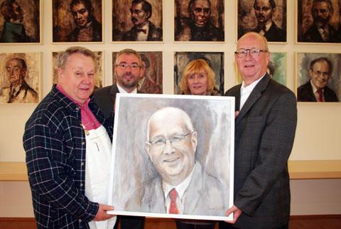 Bild zum Artikel: Porträt von Peter Demnitz ziert nun Rathaus-Lobby