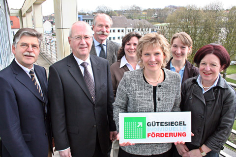 Bild zum Artikel: OB Peter Demnitz gratuliert Hagener Schulen zum Gütesiegel