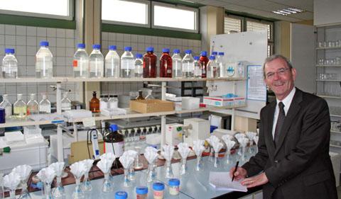 Bild zum Artikel: Dr. Jürgen Hild, Leiter des Chemischen Untersuchungsamtes, verabschiedet sich in den Ruhestand