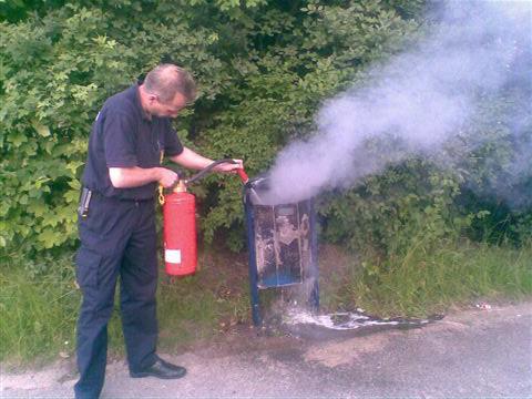 Mitarbeiter des Ordnungsamt Hagen löschen Brand auf dem Quambusch