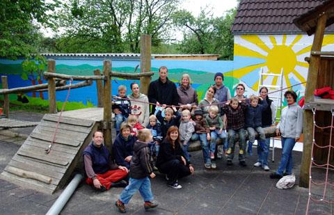 Bild zum Artikel: Kinder, Eltern und Erzieher verschönern gemeinsam städtischen Kindergarten