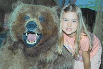 Grizzly Bär mit Mädchen
