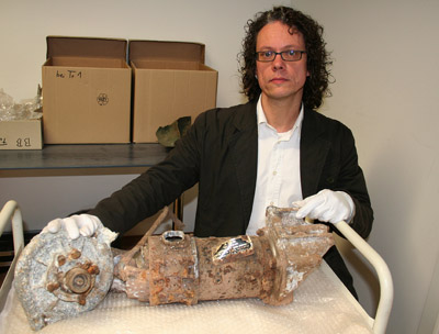 Dr. Jörg Orschiedt mit einem Fundstück aus dem in Hagen gefundenen Lancaster Bomber