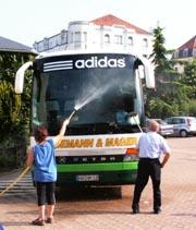 Die Gastgeber aus Montlucon reinigten den Reisebus der Hagener Delegation