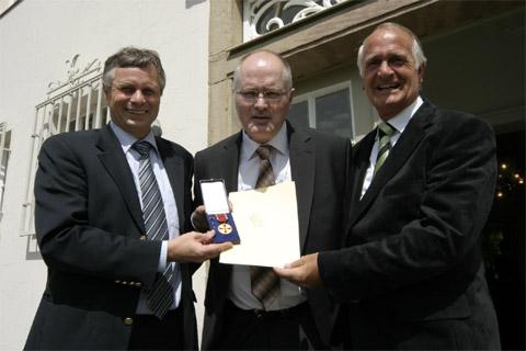 Bild zum Artikel: Dietmar Helm für Verdienste (nicht nur) im Wasserball geehrt