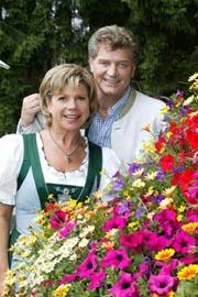 Marianne und Michael - Pressebild mit Blumen