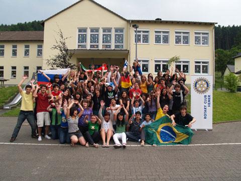 Jugendliche vor dem Rotary Club Hemer