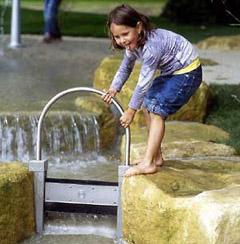 Bild zum Artikel: Matschen, tollen und toben auf dem Wasserspielplatz