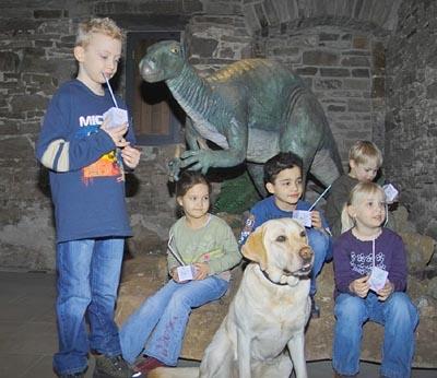 Kinder mit Dinosaurier-Modell